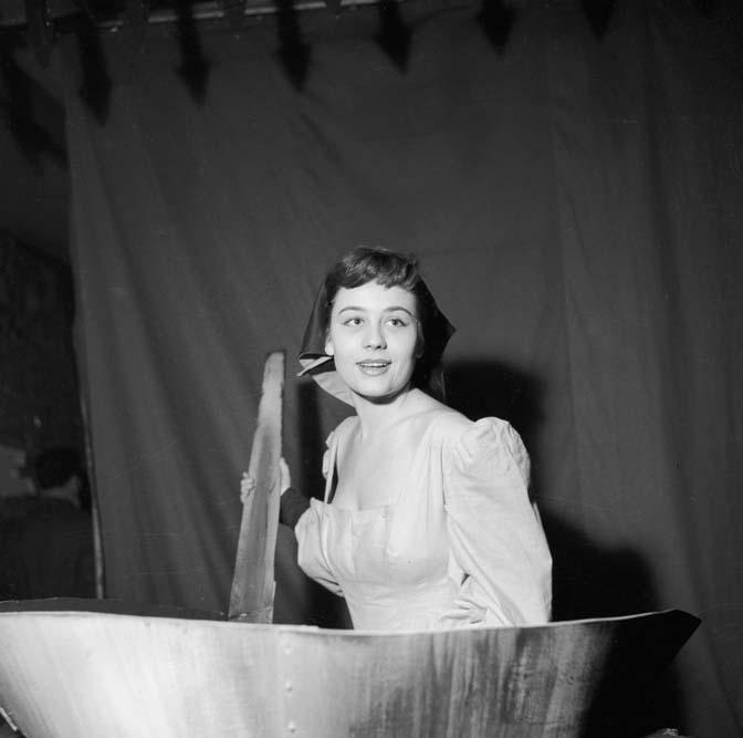 Annie Girardot à la Rose Rouge dans La queue de la poêle, janvier 1954 © Studio Lipnitzki / Roger-Viollet