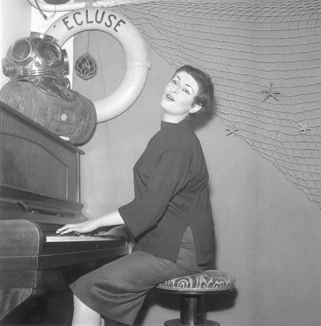 Barbara à l'Ecluse, vers 1958 © Claude Poirier / Roger-Viollet
