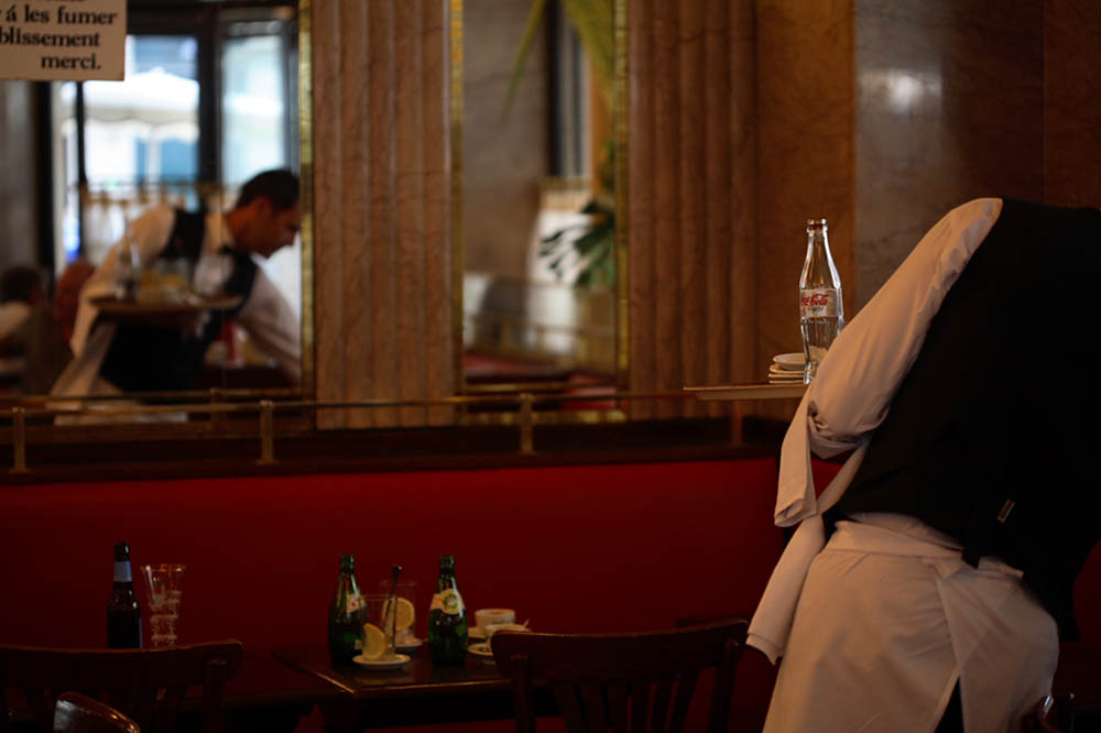 Un garçon se reflète dans un miroir du Café de Flore @DR