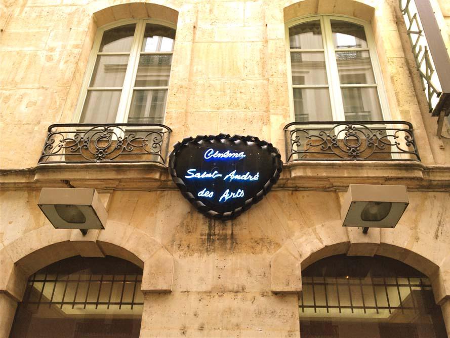 Cinéma-Saint-André-des-Arts-côté-rue-Gît-le-Cœur(c)Wikimedia Commons Alexandre ORIOU