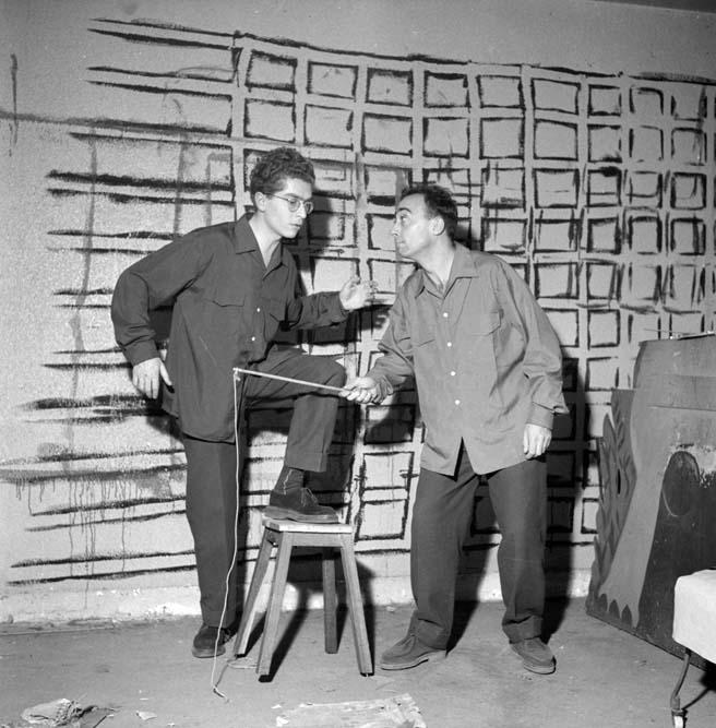Darry Cowl et Christian Duvaleix dans La queue de la poële, la Rose Rouge, Paris, janvier 1954 © Studio Lipnitzki / Roger-Viollet
