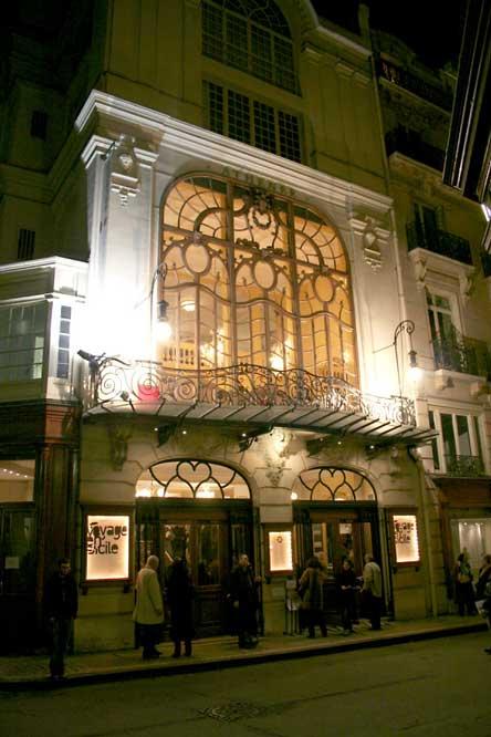 Athenee_jouvet_nuit-Par-Jean-no,-via-Wikimedia-Commons