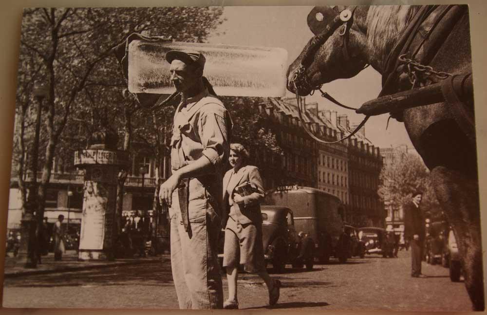 Le-livreur-de-glace-Les-Halles-1952-Photothèque-jeunes-parisiens