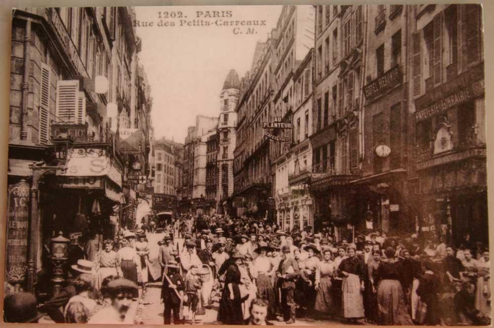 Rue-des-petits-Carreaux-1900-Photothèque-jeunes-Parisiens