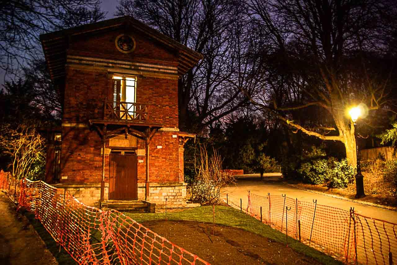 Un pavillon de briques rouges aux Buttes Chaumont la nuit, par Julien Barret