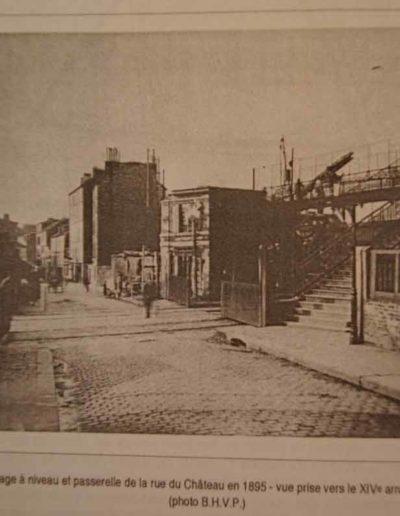 La rue du château avec la passerelle sur la droite, collection SCHA XV