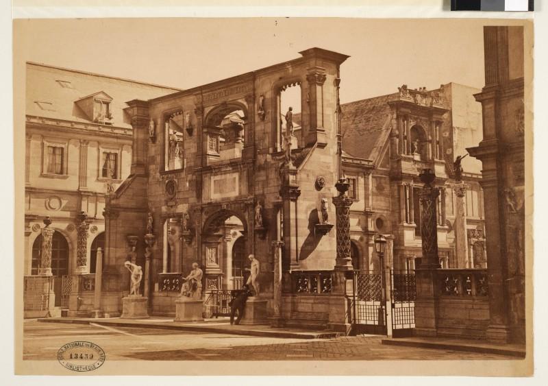 Lampué, Vue de la Cour Bonaparte avec l'Arc de Gaillon et la façade d'Anet (1884)