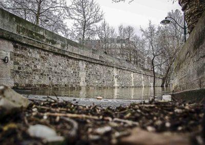 Quai de Seine en crue vers le Pont de Sully par J. Barret