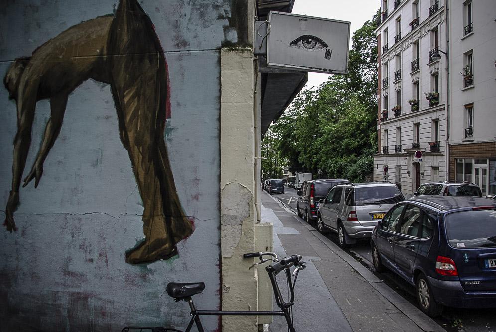 homme suspendu de Philippe Hérard rue des Couronnes par J Barret