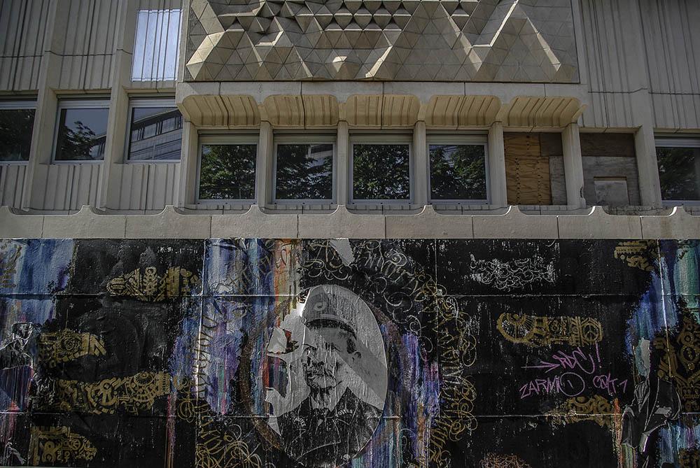 Calligraphies de Tarek Benaoum sur la palissade du musée de la poste en mai 2018 par J Barret