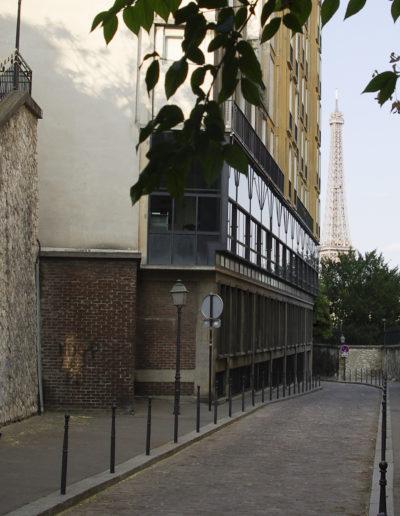 Vue actuelle de la rue Berton, avec l'immeuble d'Auguste Perret à gauche. © J. Barret