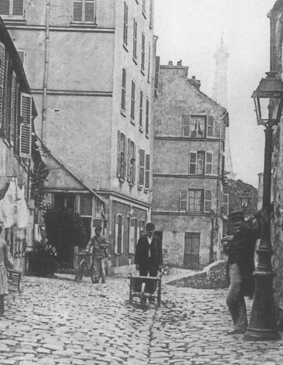 Vue de la rue Berton prise dans les années 1900, côté avenue de Lamballe, avec la tour Eiffel en arrière plan © Parimagine