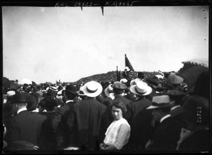 Manifestation au Pré-Saint-Gervais contre la loi des trois ans(25_mai_1913) discours de Jean Jaurès Agence Rol [Public domain], via Wikimedia Commons