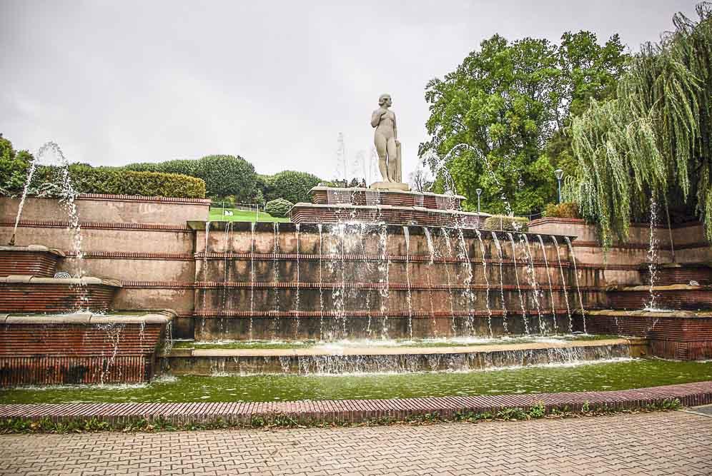 la statue dominant la fontaine du parc de la butte rouge ©J.Barret