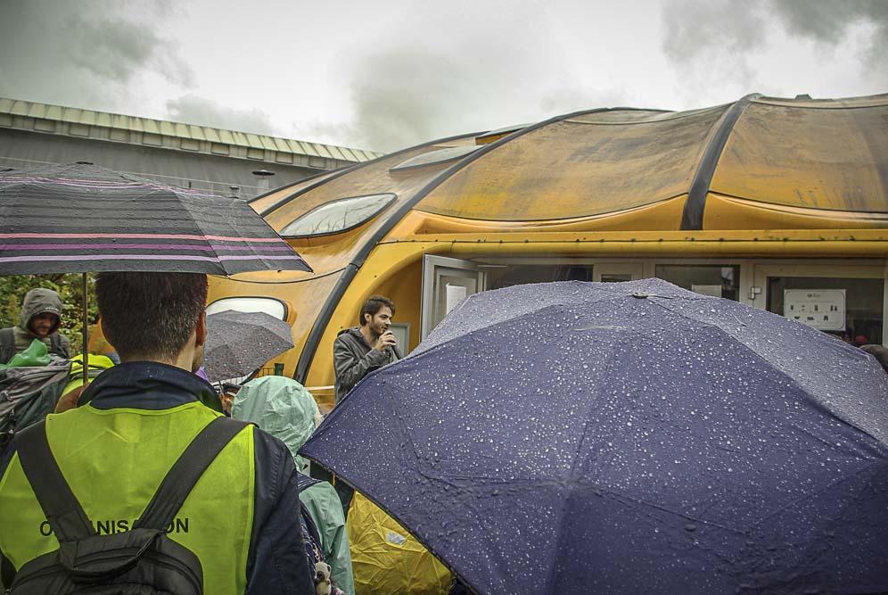 parapluies ouverts devant la piscine Tournesol aux Lilas ©J.Barret