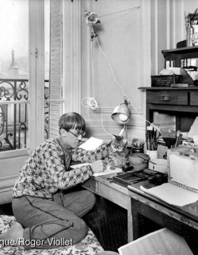 Foujita (1886-1968) chez lui, à Montparnasse. Paris, 1924. © Albert Harlingue Roger-Viollet