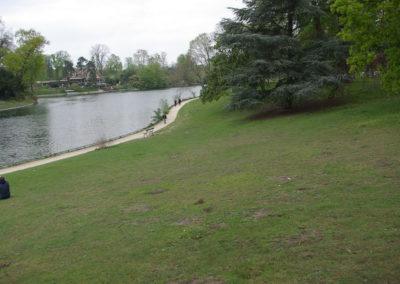 La pelouse du bois de Boulogne devant le lac inférieur, prise du même point de vue en avril 2019, par J. Barret